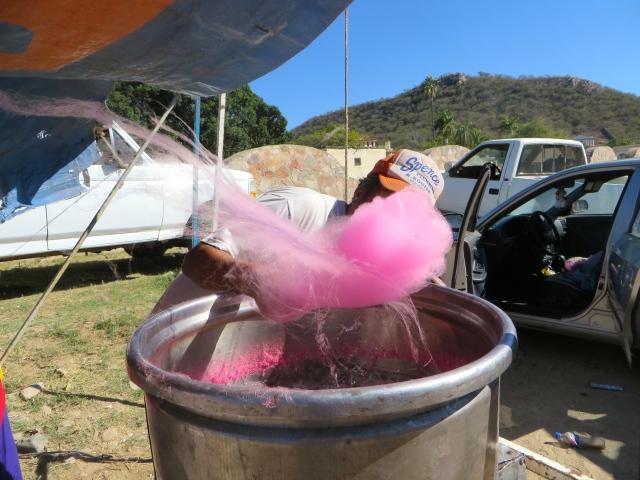 Hoy en tianguis, el mercado de los domingos en Alamos: el arte de hacer algodón de azúcar.  Today in tianguis, the Sunday market in Alamos: the art of having cotton candy.